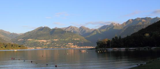 Monti attorno al lago di Como all'alba