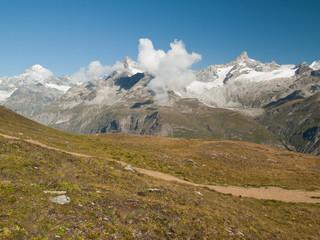 Herbe, sommets et glaciers