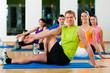 Dehnungsübungen im Fitnessstudio