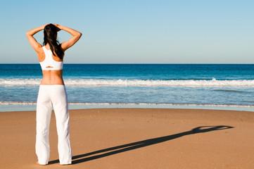 Frau schaut auf das Meer