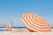 Frau unter einem Sonnenschirm