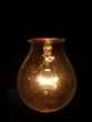Glühbirne vor schwarzem Hintergrund