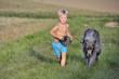 heranlaufendes Kind mit Hund an der Leine
