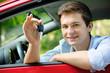 Jugendlicher mit neuem Auto und Fahrzeugschlüssel - 34769458