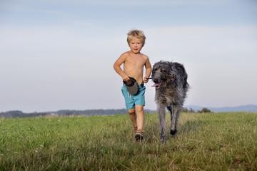 Kind mit Hund, heranlaufend