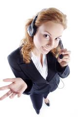 Junge Frau stehend im Service mit Headset hört zu