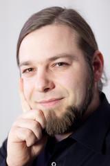 Portrait eines jungen Mannes mit Bart