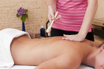 Massagehonig - Wellnesmassage -  an einer hübschen Dame