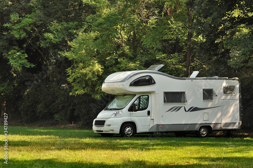 Camper in sosta in campagna - 34789427