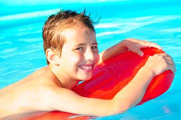 Junge mit Schwimmbrett