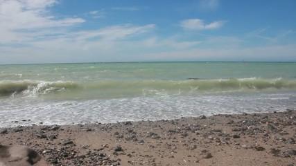 Meer mit Wellen und Himmel blau grün