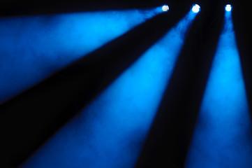 Drei blaue Scheinwerfer