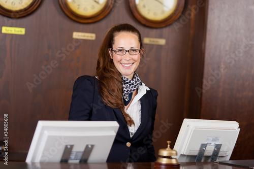 lächelnde rezeptionistin am empfang