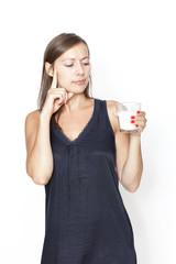 Frau schaut sich ein Glas Milch an