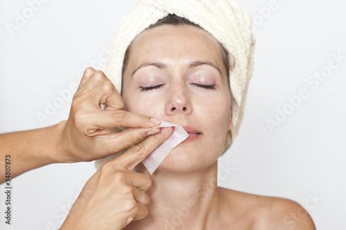 Frau wird der Damenbart entfernt