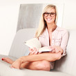 hübsche Frau zuhause beim lesen