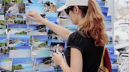 turista e cartoline