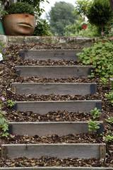 Gartentreppe mit Blumentopf