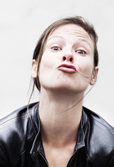 jeune femme frivole donnant un baiser
