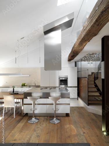 Cucina moderna con isola e pavimento in legno