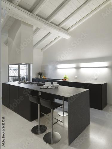 Moderna cucina in mansarda di adpephoto foto stock - Abbonamento cucina moderna ...