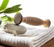 ustensile de massage sur serviette fraîche