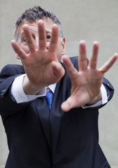 homme d'affaires réfuter repousser mains tendues