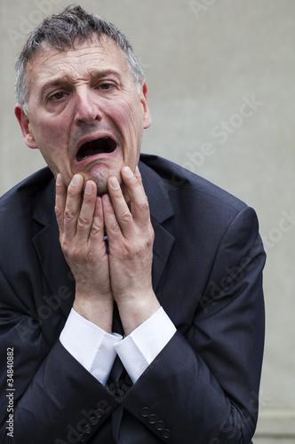 homme d'affaires épuisé horrifié