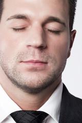 homme d'affaires yeux fermés réflexion méditation