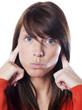 Jeune femme se bouchant les oreilles