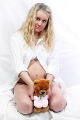 Беременная женщина с игрушкой