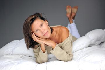 femme allongée sur le ventre