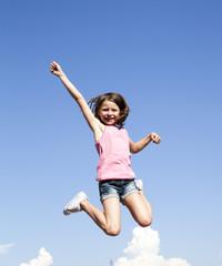 jeune fille dynamique sautant de joie