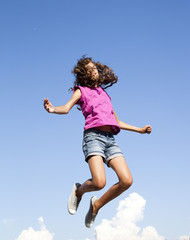 saut et vitalité de jeune fille