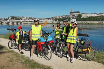 Famille en randonnée vélo