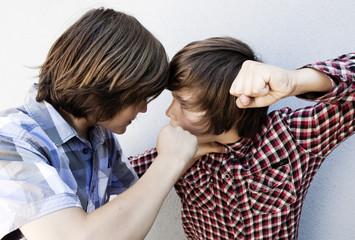 empoignade de deux jeunes ados