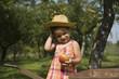 Enfant tenant une pomme dans la main en pleine campagne