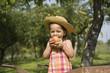 Jeune fille croquant dans une pomme