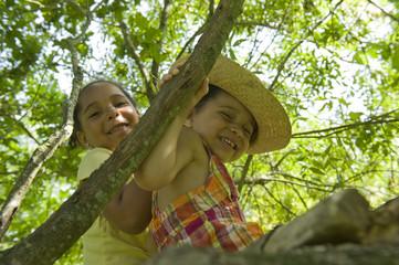 2 jeunes filles jouant dans une cabane