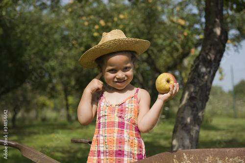 Portrait d'une jeune fille tenant une pomme