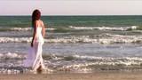 donna dai capelli rossi in riva al mare poster