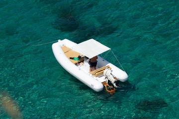 Motoscafo nel mare blu