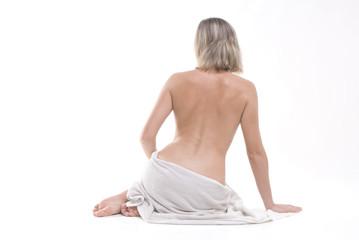 Bella donna con asciugamano bianco