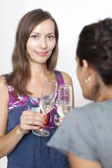 Frau stosst mit Champagner an