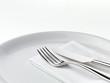 Besteck mit Serviette auf Teller