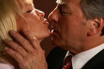 Ein älteres Paar küsst sich