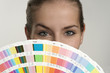 Junge Frau mit Farbfächer