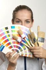 Frau mit Farbfächer und Pinsel