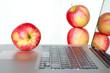 Äpfel und Laptop