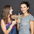Zwei Frauen trinken Sekt